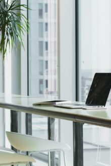 Research reveals despite restrictions being lifted, UK office workers are resistant to a full-time office return compared to US counterparts.